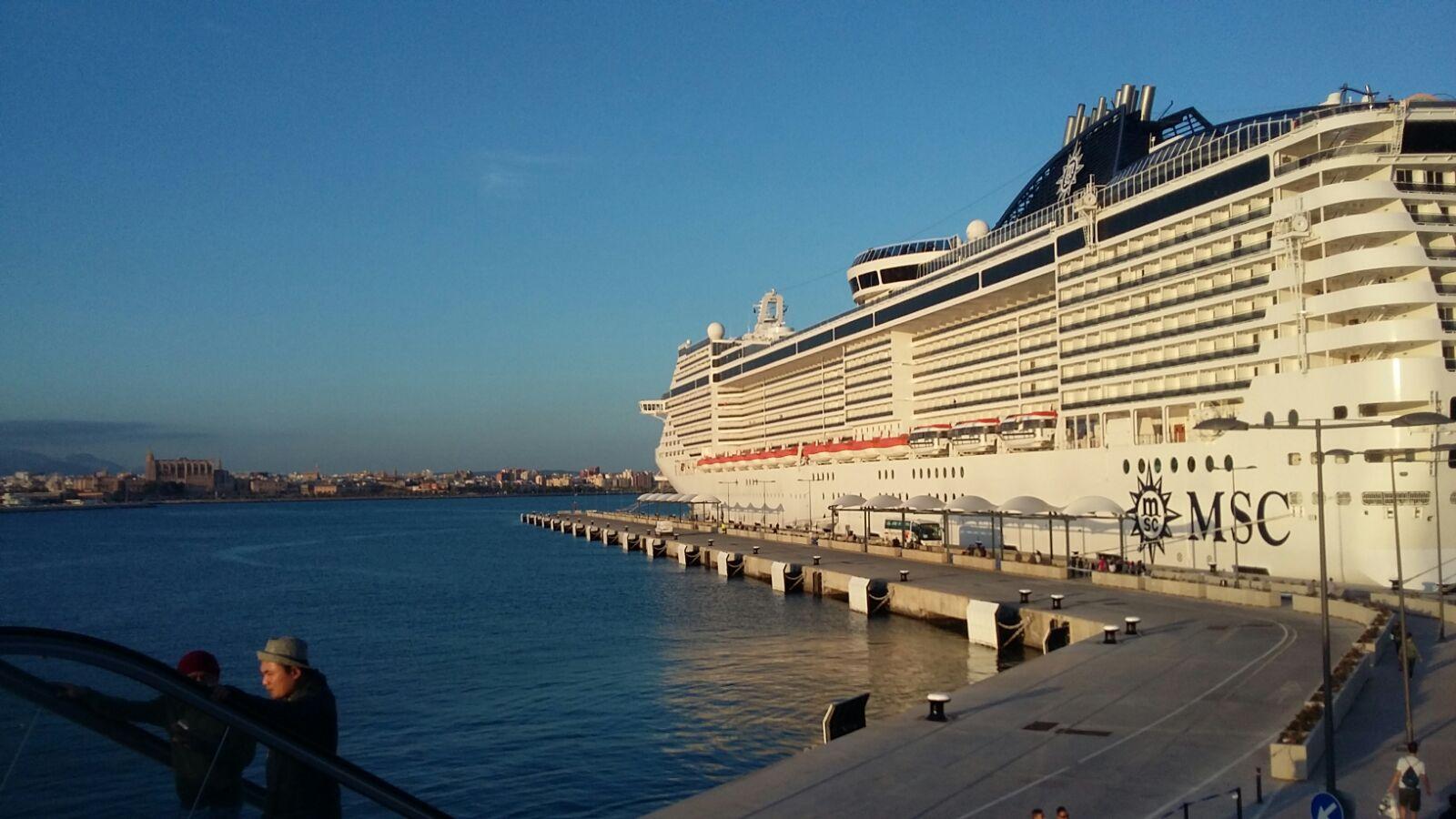 nuestro barco en puerto